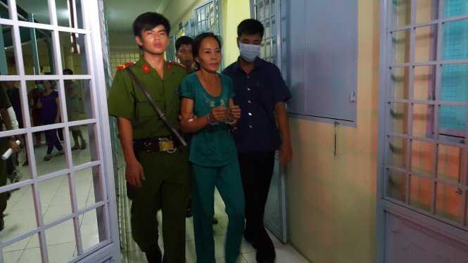 Bị can Nguyễn Thị Vân được đưa về trại tạm giam. (Ảnh: Tuổi trẻ)