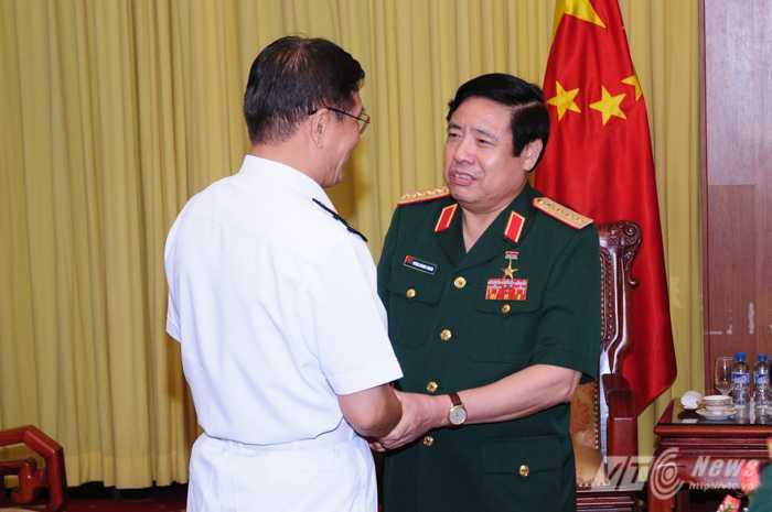 Đại tướng Phùng Quang Thanh bắt tay Thượng tướng Tôn Kiến Quốc - Ảnh: Tùng Đinh
