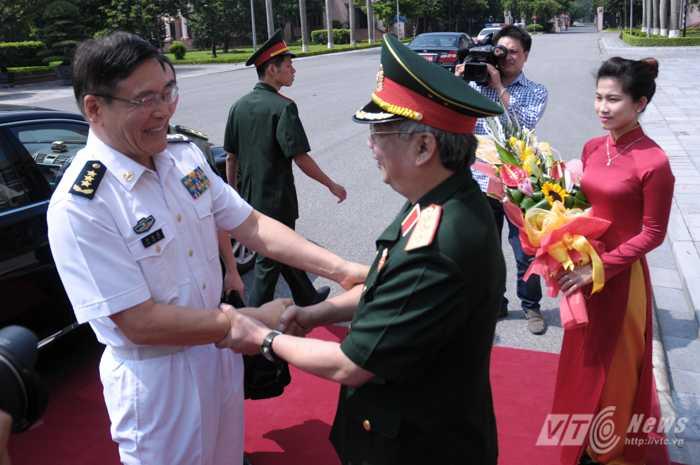 Thứ trưởng Quốc phòng, Thượng tướng Nguyễn Chí Vịnh đón Thượng tướng Tôn Kiến Quốc, Phó Tổng tham mưu trưởng Quân đội Trung Quốc chiều 10/8 - Ảnh: Tùng Đinh