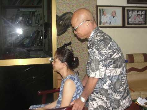 Nghệ sỹ Hán Văn Tình chăm vợ tại nhà.