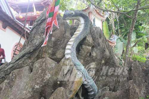 Tượng rắn ở hòn nòn bộ ngay trước đền