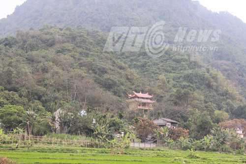 Đền thờ rắn nằm dưới chân núi Cấm