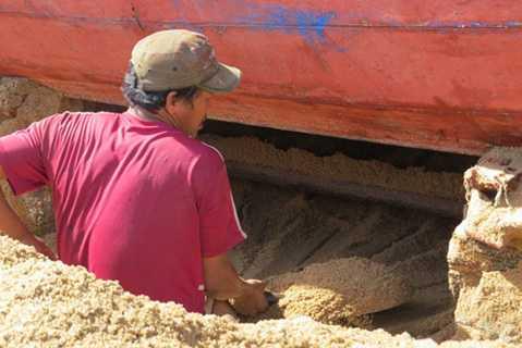 Chủ tàu phải thuê nhiều nhân công để đào cát cứu tàu