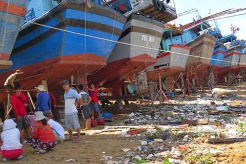 """Ngư dân lo lắng cho an nguy của các tàu cá đang """"làm nước"""" ở bãi Đông Tác"""