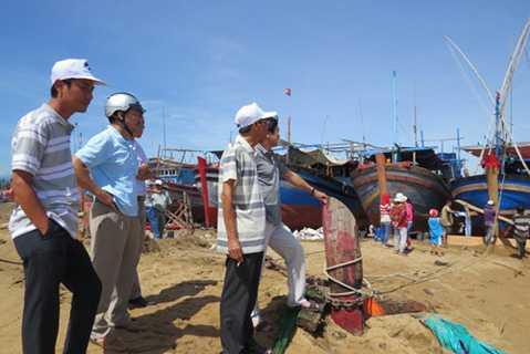 Đại diện cơ quan chức năng tỉnh Phú Yên kiểm tra hậu quả triều cường ngày 9.8