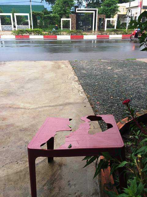 Nhóm người đập vỡ bàn, ly tách quán cà phê đối diện hiện trường thảm sát