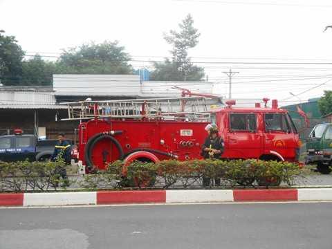 Huy động xe chữa cháy tới hiện trường