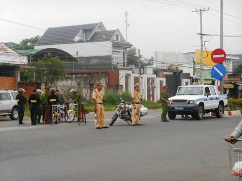 Cảnh sát dựng hàng rào trước hiện trường