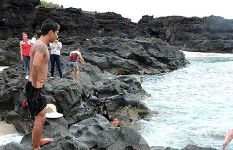 Du khách thích thú khám phá hang Kẻ Cướp mỗi khi đến với Lý Sơn