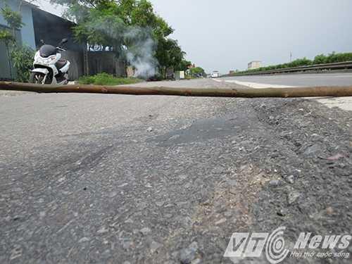 Đơn vị thi công 'quên' sửa chữa hàng chục mét 'sống trâu' có độ cao 13-15cm gây nguy hiểm cho người tham gia giao thông - Ảnh MK
