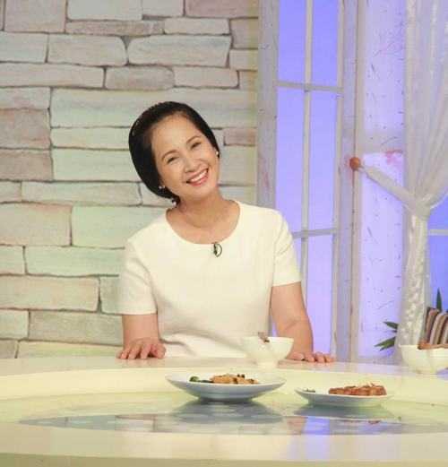 Nghệ sĩ nhân dân Lan Hương thuộc lứa diễn viên đầu tiên của Nhà hát kịch Việt Nam. Khi tham gia chương trình Bữa trưa vui vẻ gần đây, cô kể có lúc đã muốn bỏ nghề vì đồng lương không đủ sống nhưng 'người nghệ sĩ như những con thiêu thân. Đèn bật lên là cứ phải lao vào dù nhiều con đã phải chết'.