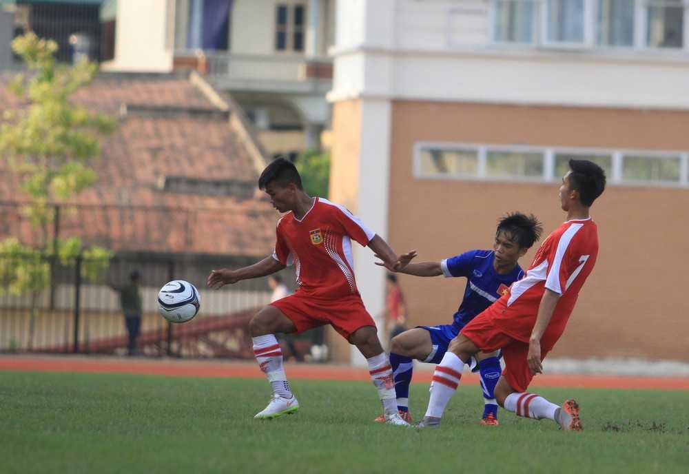U19 việt Nam (áo xanh) chơi không đúng ý đồ của BHL (Ảnh: Vân Hà)