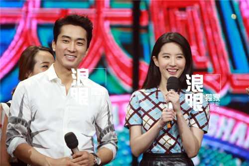 Tối ngày 12.8, Lưu Diệc Phi và Song Seung Hun cùng tham giashow truyền hìnhcủa đài vệ tinhHồ Nam, Trung Quốc. Đây là lần đầu tiên cả hai xuất hiện trước truyền thông sau khi công khai hẹn hò vào đầu tháng 8.