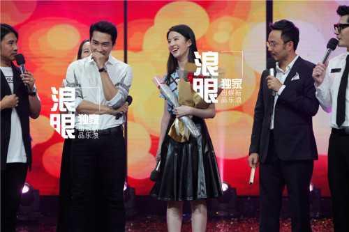 Cả hai có phần rụt rè khi sánh bước bên nhau trên sân khấu. Hiếm có cặp đôi ngôi sao nào mạnh dạn xuất hiện công khai ngay sau vài ngày công khai hẹn hò như Song Seung Heon và Lưu Diệc Phi.