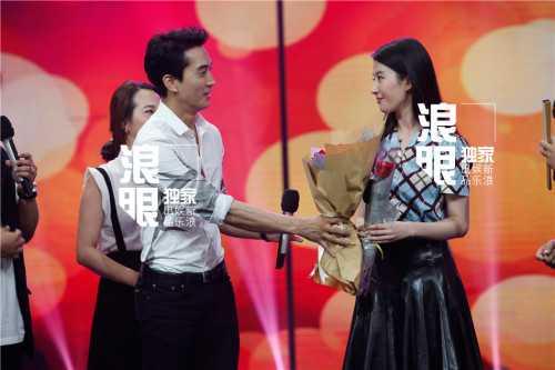 Bất ngờ nhất là màn tỏ tình của tài tử Hàn dành cho mỹ nhân Hoa ngữ. Lưu Diệc Phi được bạn trai tặng hoa và nói lời tình yêu: