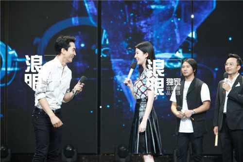 Cặp đôi vô tư chơi những game show trên truyền hình. Lưu Diệc Phi xinh đẹp và thanh lịch trong khi Song Seung Heon bảnh bao và thư sinh.
