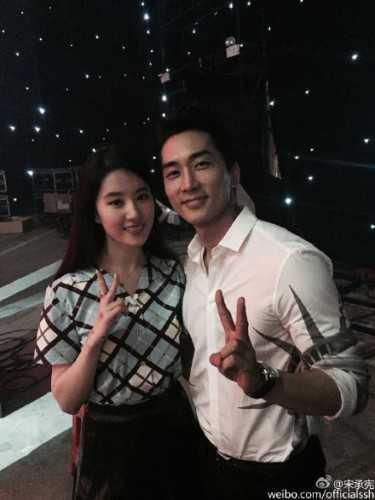 Sau buổi ghi hình, cặp đôi công khai chụp ảnh bên nhau. Song Seung Heon đăng ảnh trên trang cá nhân và chia sẻ: