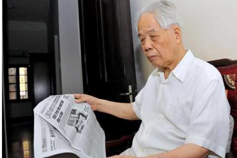 Hàng ngày, nguyên Tổng bí thư Đỗ Mười vẫn đọc báo, xem tivi theo dõi tin tức