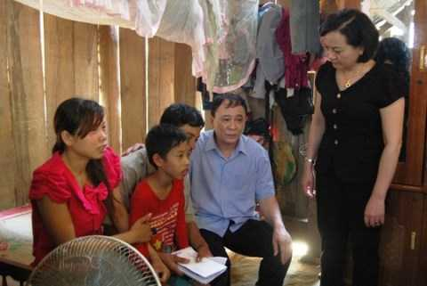 Bí thư Tỉnh ủy Yên Bái Phạm Duy Cường và Chủ tịch UBND tỉnh Phạm Thị Thanh Trà thăm hỏi, động viên gia đình nạn nhân vụ án mạng. (Ảnh: NLĐ)