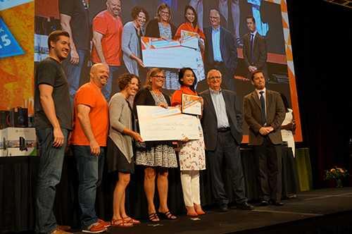 Nguyễn Thị Hiền Gia nhận giải thưởng được trao từ Chủ tịch Certiport, ông Bob Whelan (phải) và bà Alison Cunard, Tổng Giám đốc Microsoft Learning (trái)