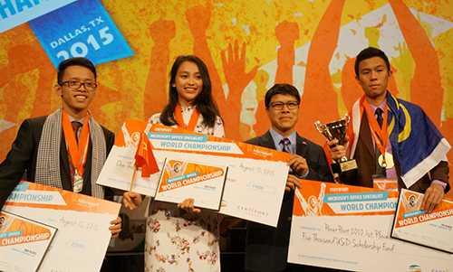 Phó Tổng giám đốc Viettel, nhà tài trợ độc quyền cho Vòng chung kết thế giới cuộc thi MOSWC 2015, chụp ảnh lưu niệm với 3 thí sinh đạt giải cao nhất bộ môn Microsoft PowerPoint 2010, trong đó Hiền Gia của Việt Nam giành Huy chương Đồng và Huy chương Bạc thuộc về đội tuyển Campuchia