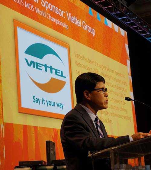 Ông Tống Viết Trung, Phó Tổng giám đốc Tập đoàn Viettel phát biểu tại Lễ vinh danh các thí sinh đoạt giải tại VCK Thế giới MOSWC 2015 tại Dallas, Texas, Mỹ