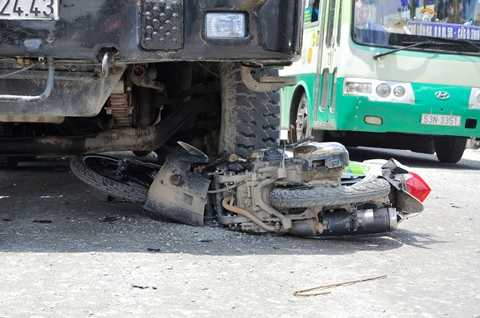 Hiện trường vụ tai nạn giao thông khiến hai mẹ con nguy kịch