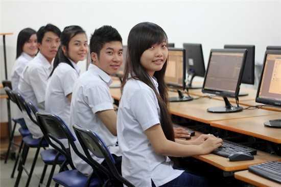 Thí sinh sẽ được tra cứu xét tuyển trực tiếp tại phòng máy vi tính của các trường THPT trên cả nước (Ảnh minh họa)