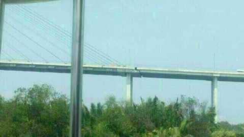 Hình ảnh cầu Phú Mỹ được một người dân chụp từ xa, sau đó đăng tải lên mạng xã hội, kêu gọi người tham gia lưu thông nên cảnh giác khi qua cầu.