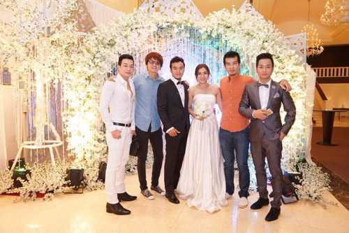 Quách Tuấn Du (ngoài cùng bên phải)tại đám cưới mà anh và Phi Nhung tham gia biểu diễn