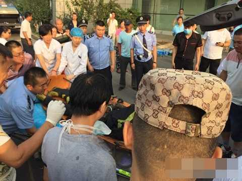Người dân và đồng đội tỏ lòng thương tiếc trước sự ra đi của một lính cứu hỏa