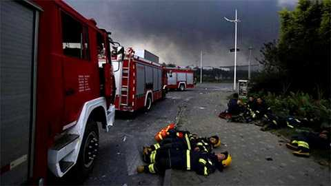 Lính cứu hỏa nằm nghỉ ngay tại hiện trường