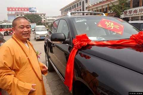 Nhiều thông tin trên mạng xã hội Trung Quốc nói nhà sư Thích Vĩnh Tín chỉ thích dùng đồ đắt tiền