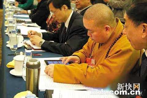 Hình ảnh nhà sư Thích Vĩnh Tín dùng iPad trong một cuộc họp cũng bị chỉ trích là không phù hợp với nhà Phật