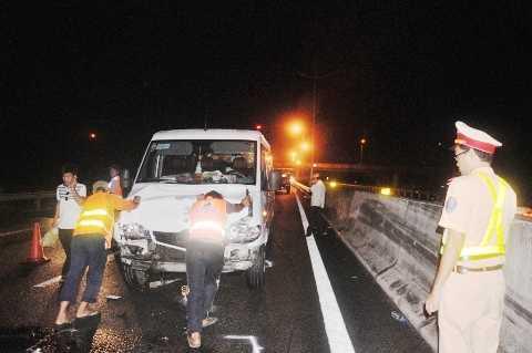Lực lượng chức năng đẩy xe bị hư hỏng về đội xử lý
