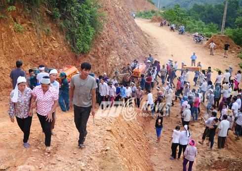 Quan tài 3 nạn nhân được khiêng lên an táng trên vách núi