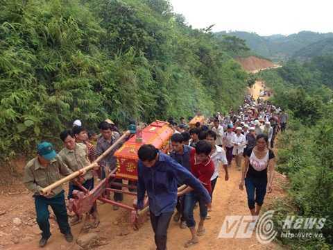 Hàng trăm người dân tiễn đưa ba nạn nhân xấu số