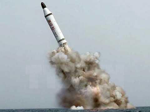Triều Tiên bắn thử thành công một loại tên lửa đạn đạo phóng từ tàu ngầm. (Ảnh: Yonhap/TTXVN)