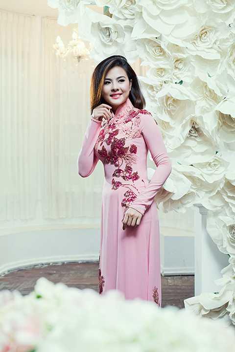 Bộ sưu tập này như một gợi ý cho các cô dâu khi lựa chọn áo dài trong ngày cưới theo kiểu dáng truyền thống hay được may theo kiểu dáng mới cách tân hiện đại.