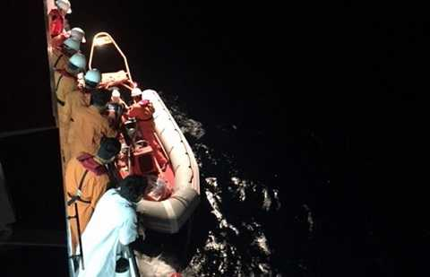 Các thuyền viên tàu SAR 412 đang đưa thuyền viên Văn Dân lên tàu SAR 412 - Ảnh: thuyền viên tàu SAR 412 cung cấp