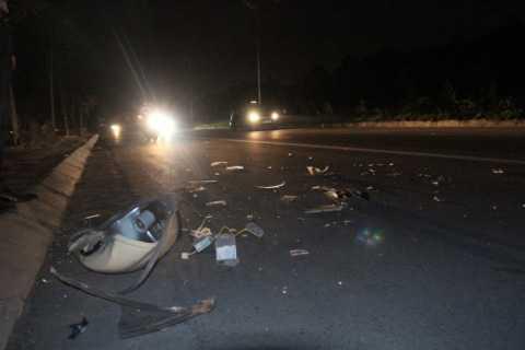 Phần đèn bị vỡ tan, rơi tung tóe sau khi cột đèn ngã đập xuống đường