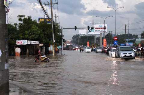 Quốc lộ 13 bị ngập nặng lần thứ hai trong vòng hai tháng qua - Ảnh: ĐÌNH TRỌNG