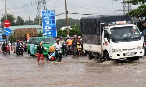 Đến 17h nước đã rút bớt nhiều xe vẫn chết máy - Ảnh: ĐÌNH TRỌNG