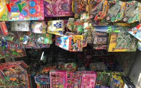 Đồ chơi xuất xứ Trung Quốc phát ra nội dung xấu được bày bán tràn lan