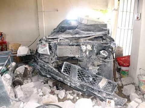 Chiếc ôtô nát tươm sau khi tông sập tường nhà dân