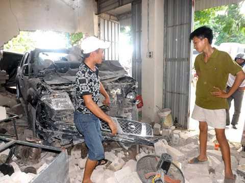Em Tâm (áo vàng- người chứng kiến vụ việc) cho biết chiếc xe lao vào nhà chỉ cách vị trí của em 1 mét