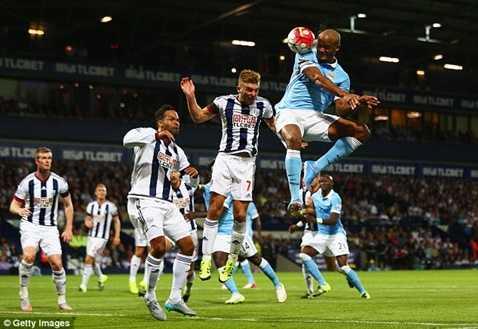 Kompany ghi bàn ấn định chiến thắng 3-0 ở trận khai mạc