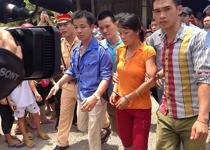 Công an di lý hai nghi phạm Đặng Văn Hùng và Nguyễn Thị Hán về trụ sở công an huyện Lục Yên. Nghi can di chuyển nhanh nhẹn, không có dấu hiệu mệt mỏi.