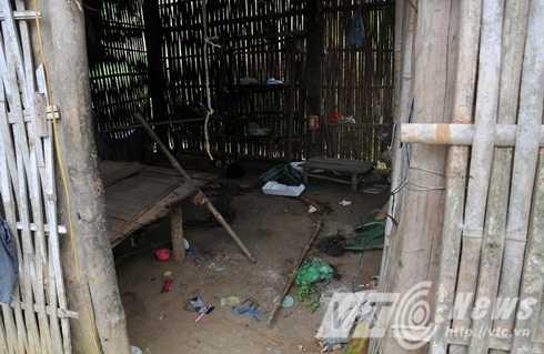 Bên trong lán, thi thể chị Phàn Thị Hoa được phát hiện cạnh bé trai 3 tuổi Phàn Văn Tuyền