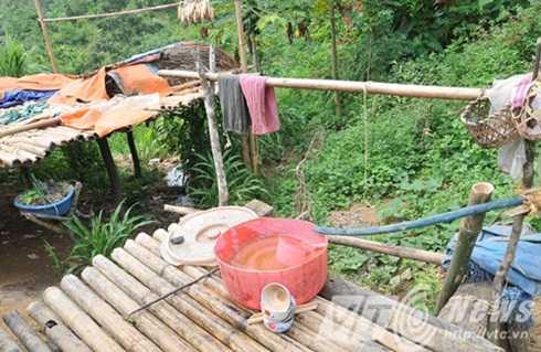 Ngay sau đó, cơ quan công an xác định được nghi phạm gây án là Đặng Văn Hùng (SN 1989, trú cùng địa phương với nạn nhân). Sau khi gây án tên này đã bỏ trốn lên rừng cùng người yêu. Hùng được cho là mang theo súng khi bỏ trốn.